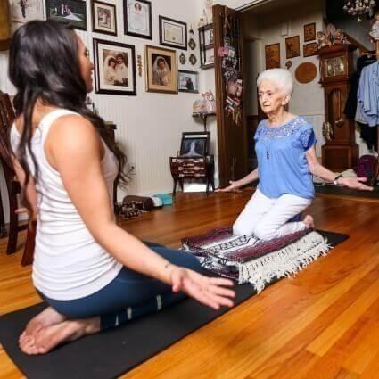Anna Pesce e sua professora praticando ioga