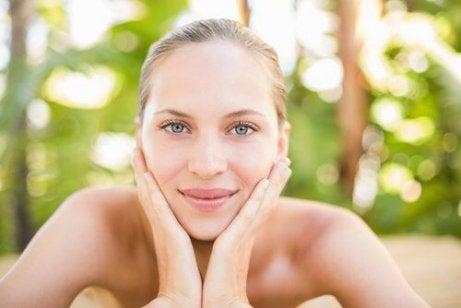 Mulher com pele jovem e saudável devido ao consumo de maçã verde