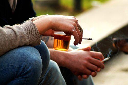 Pessoa bebendo e fumando
