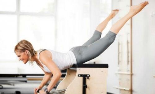 Mulher fazendo exercício para exercitar os glúteos