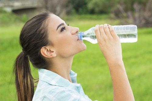 Beber muita água pode evitar pedras nos rins