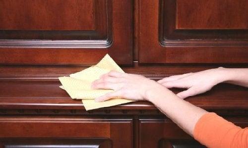 Limpeza de portas de madeira com vinagre branco