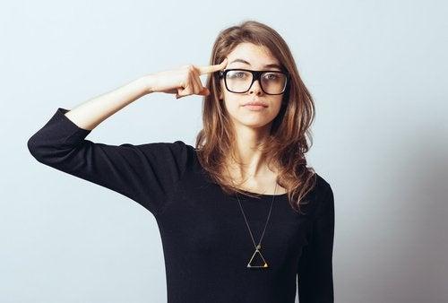 Mulher bem-sucedida pensando