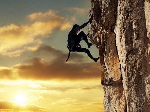 Pessoa bem-sucedida escalando