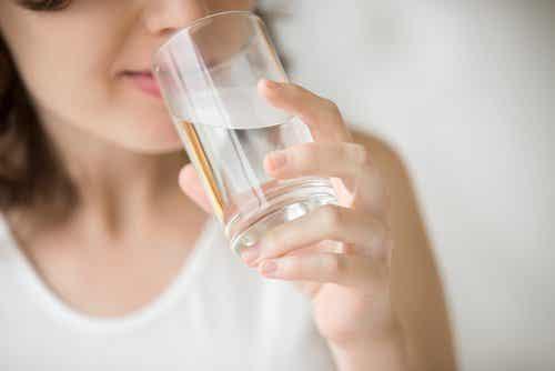 7 sinais de que você não está bebendo água suficiente
