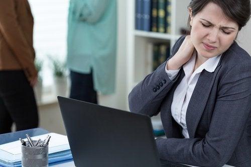 Mulher com dor de pescoço