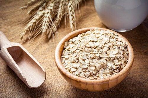 9 Benefícios de comer aveia e por que incluí-la no café da manhã