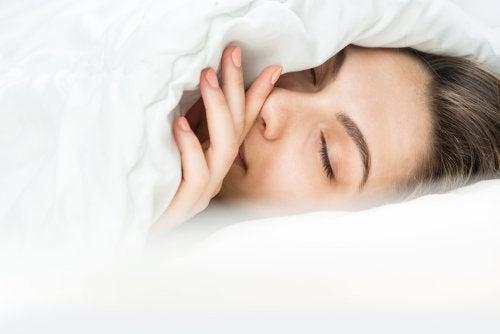 Usar um pijama quente ou um cobertor? Saiba como dormir no frio