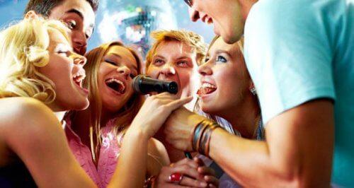 Amigos cantando em microfone