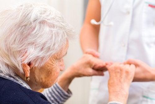 Paciente idosa que come cúrcuma para evitar o Alzheimer