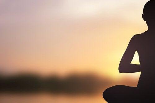 Pessoa meditando pela manhã