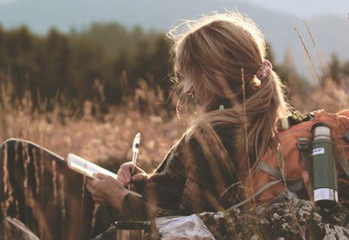 Mulher escrevendoo que acontece no seu subconsciente