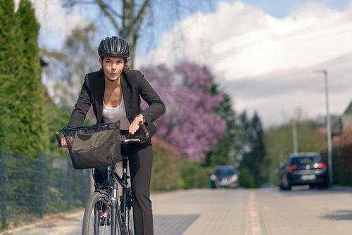 Mulher andando de bicicleta para evitar o Alzheimer