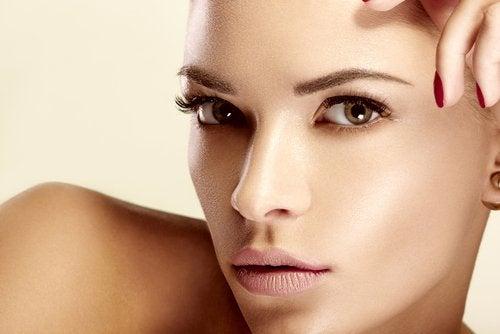Mulher com sobrancelhas escassas