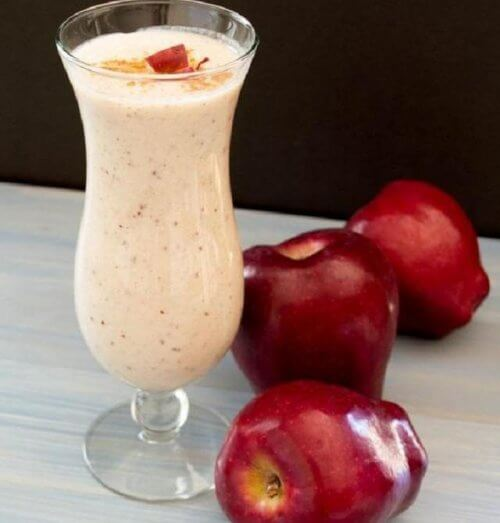 Vitamina de maçã, canela e amêndoas