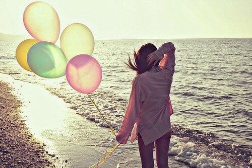 Mulher exausta com balões