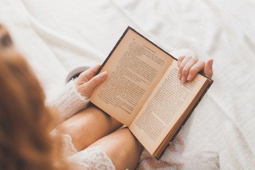 Mulher lendo para evitar Alzheimer
