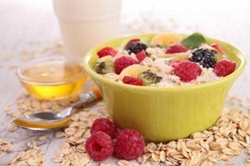 Café da manhã com aveia e frutas