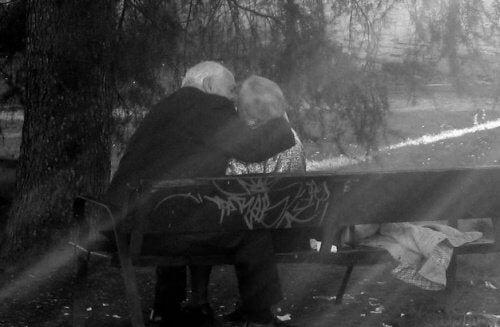 Casal de idosos se beijando