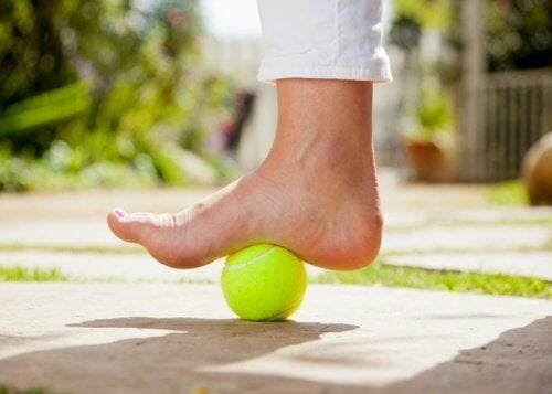 Como utilizar uma bola de tênis para acalmar a dor da fascite plantar