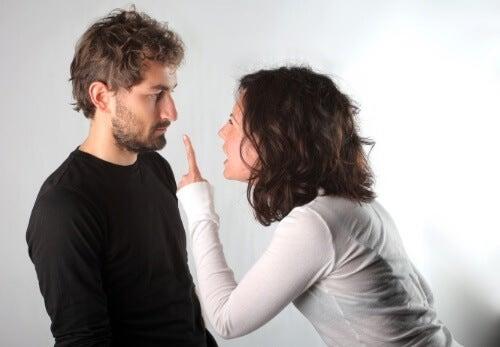 Mulher discutindo com homem pouco atrativo