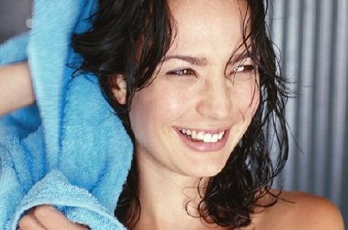 Mulher depois de lavar os cabelos