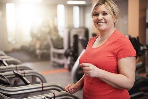Mulher fazendo exercício para evitar a obesidade