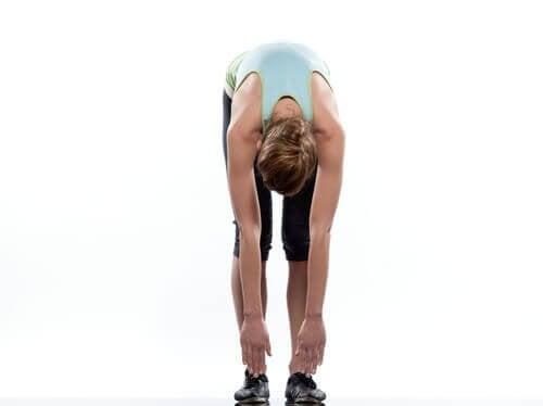 Mulher fazendo exercício parta evitar dor no nervo ciático