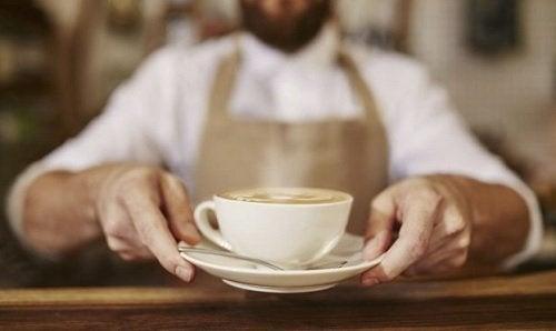 homem_barista_oferecendo_xicara_cafe