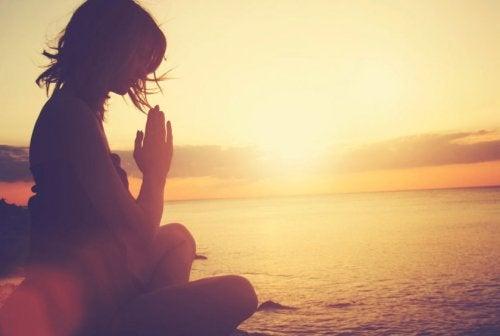 Pessoa plastilina meditando