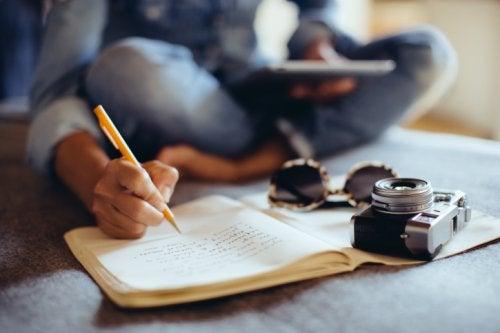 Pessoa escrevendo um diário para melhorar a atividade cognitiva