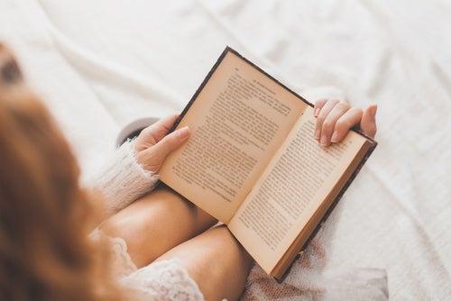 Pessoa lendo para ativar sua capacidade cognitiva