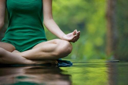 Mulher meditando com paz interior