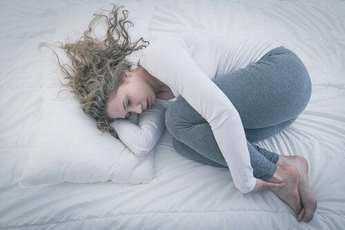 Mulher triste con síndrome do ninho vazio
