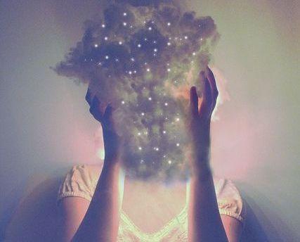mulher-com-nuvem-no-rosto