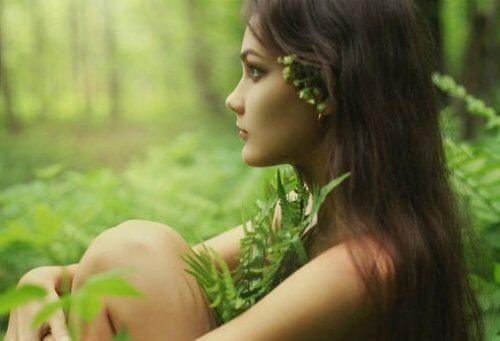 mulher-entre-natureza-desenvolvendo-sua-intuicao