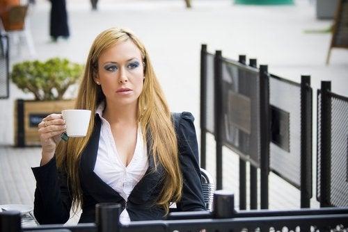 mulher_executiva_tomando_cafe