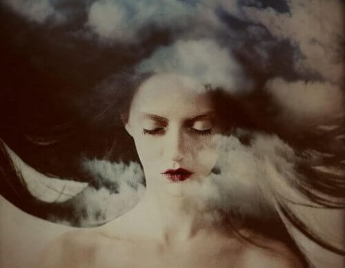 mulher_olhos_fechados_nuvens