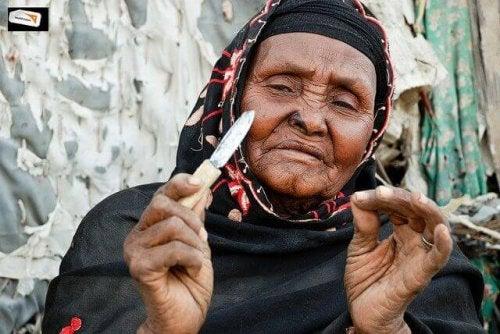 Mulher que pratica mutilição feminina