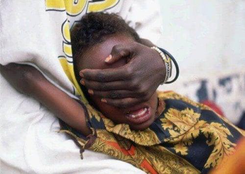 Menina exposta à mutilação genital