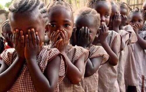 Meninas esperando serem mutiladas na área genital