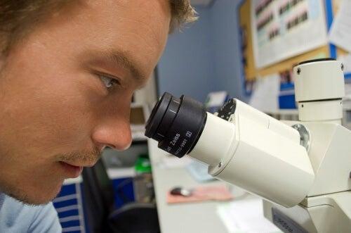 Científico estudando vírus do HIV