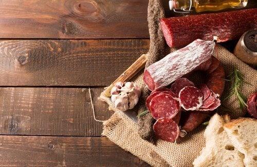 Alimentos que devem ser evitados se sofrer de retenção de líquidos