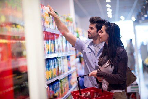 Casal com retenção de líquidos no supermercado