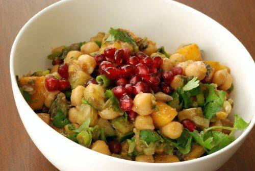 Salada de grão de bico, manga e romã