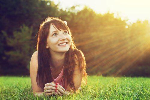Moça otimista na grama