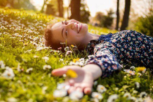 Pessoa otimista deitada na grama