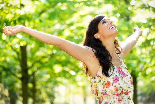 Mulher otimista abrindo os braços