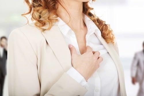 Mulher com dor no peito por causa da manopausa