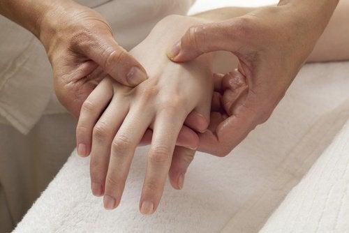 Dor na mão de mulher com manopausa